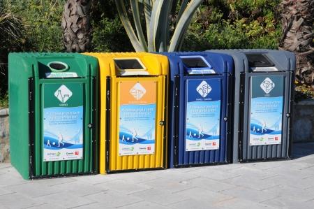 botes de basura: recogida selectiva, botes de basura en un parque p�blico en Portugal Editorial