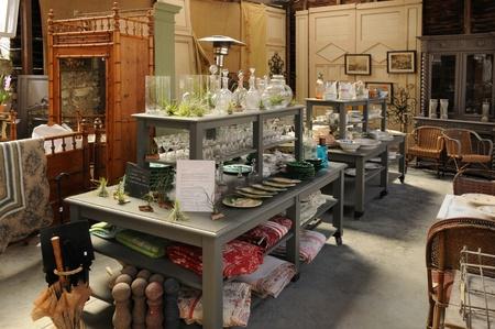 antiquary: objetos viejos en un mercado de pulgas Editorial