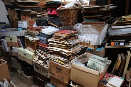 Frankrijk, oude voorwerpen op een zolder in Normandie