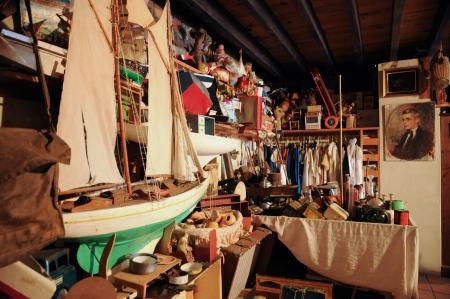 Frankrijk, oude voorwerpen in een zolder in Normandie Redactioneel
