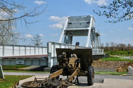pegasus: Puente de Francia, Pegasus en el pueblo de Benouville en Normandía Editorial