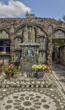 La Maison Picassiette, 샤르트르의 오래된 집 장식 토기 모자이크