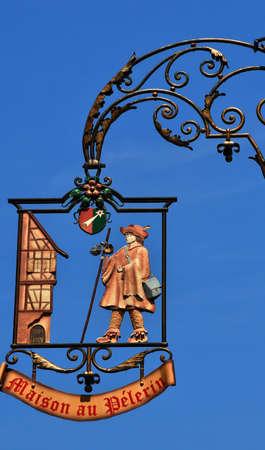 haut rhin: Francia, un signo pintoresco de la ciudad de Colmar en Haut Rhin
