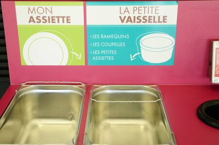 comedor escolar: Ile de France, la clasificaci�n de residuos en un comedor escolar en Les Mureaux Foto de archivo