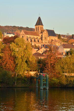 sur: Ile de France, the picturesque village of  Triel sur Seine Stock Photo