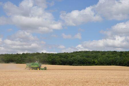 cosechadora: Ile de France, cosechadora en el pueblo de Fontenay-Saint-P�re Foto de archivo