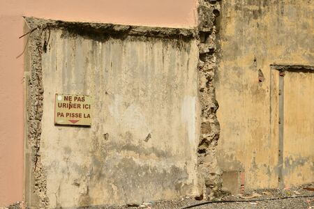 piss: Martinique, do not piss here sign on a wall of Fort de France in West Indies