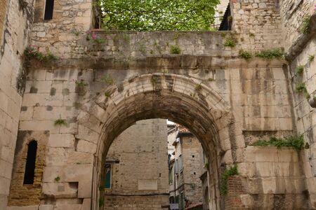 クロアチア;絵のような歴史的なスプリットの街のバルカン