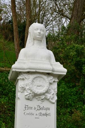 bretagne: Montfort L Amaury, France - january 2 2016 : statue of Anne de Bretagne Editorial