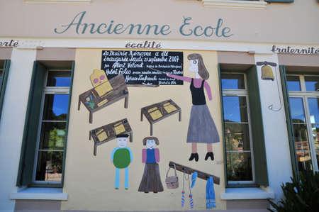 mimose: Bormes les Mimosas; Francia - 18 aprile 2016: il pittoresco vecchia scuola
