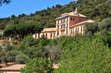 Bormes les Mimosas, Francia - 18 aprile 2016: l'antico e pittoresco paese in primavera Editoriali