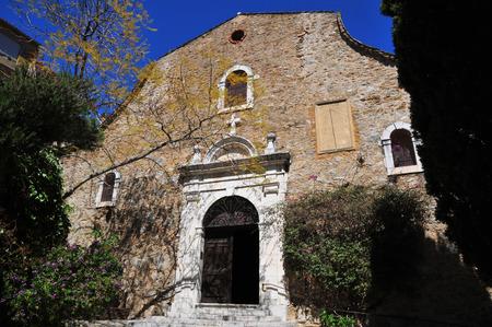mimose: il pittoresco vecchia chiesa in primavera, Bormes les Mimosas, Francia