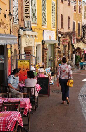 mimose: Bormes les Mimosas, Francia - 18 aprile 2016: il ristorante nel vecchio villaggio in primavera