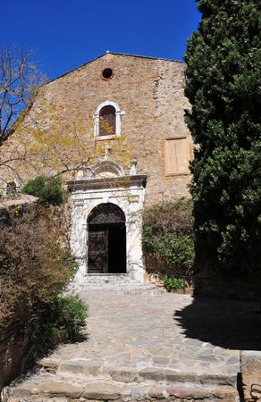 mimose: Bormes les Mimosas, Francia - 18 aprile 2016: il pittoresco vecchia chiesa in primavera Archivio Fotografico