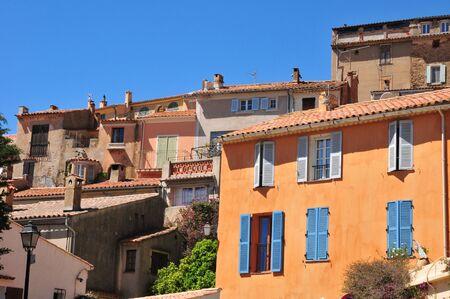 mimose: Bormes les Mimosas, Francia - 18 aprile 2016: l'antico e pittoresco paese in primavera Editoriali