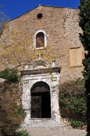 mimose: Bormes les Mimosas, Francia, la pittoresca vecchia chiesa in primavera