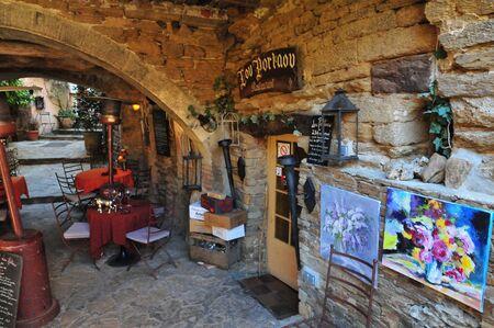 Bormes les Mimosas, Francia - 18 aprile 2016: il ristorante nel vecchio villaggio in primavera