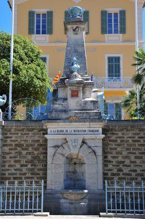 mimose: Bormes les Mimosas, Francia - 18 aprile 2016: un monumento che glorifica la rivoluzione