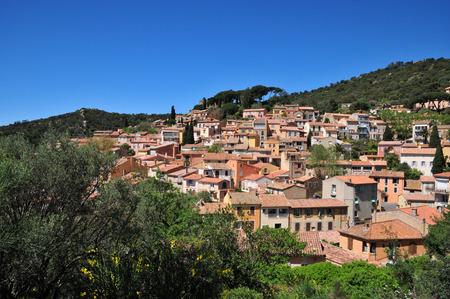 Bormes les Mimosas, Francia - 18 aprile 2016: l'antico e pittoresco paese in primavera Archivio Fotografico