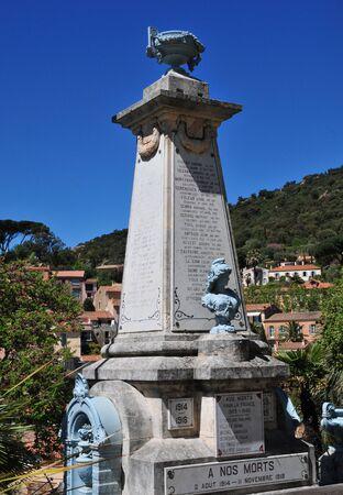 mimose: Bormes les Mimosas, Francia - 18 aprile 2016: monumento ai caduti