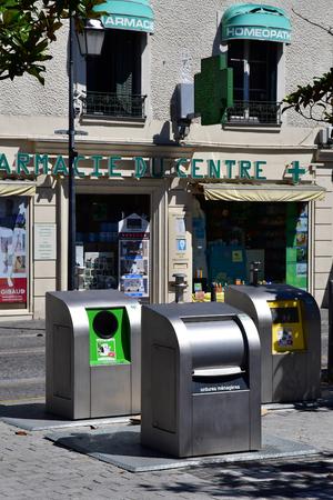botes de basura: Les Mureaux, Francia - 19 de julio 2016: cubos de basura