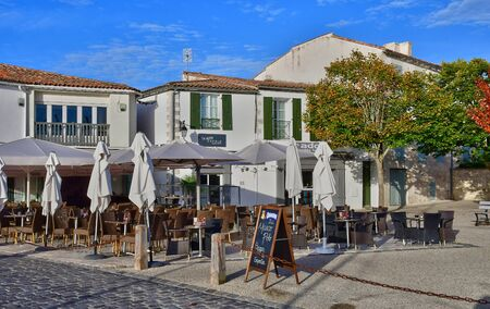re: Saint Martin de Re, France - september 26 2016 : bar in the picturesque village in autumn