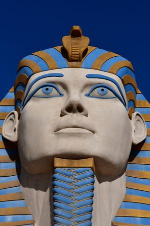 esfinge: Las Vegas, Estados Unidos - 11 de julio de 2016: el pintoresco hotel de Luxor