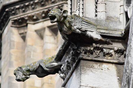 マント ・ ラ ・ ジョリー;フランス - 2016 年 10 月 18 日: ゴシック様式の僧院教会のガーゴイル 報道画像