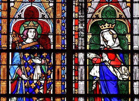 マント ・ ラ ・ ジョリー;フランス - 2016 年 10 月 18 日: ゴシック様式のノートルダム大聖堂参事会教会のステンド グラスの窓