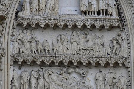 マント ・ ラ ・ ジョリー;フランス - 2016 年 10 月 18 日: ゴシック様式の僧院教会のポータル 報道画像
