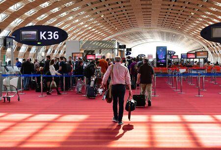 로이시, 프랑스-2017 년 5 월 5 일 : 파리 샤를 드골 공항 출발 라운지