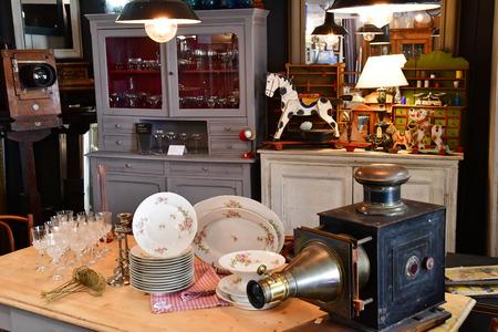 Maulette; France - 1 mai 2018: une boutique d'antiquités à Bois l Epicier