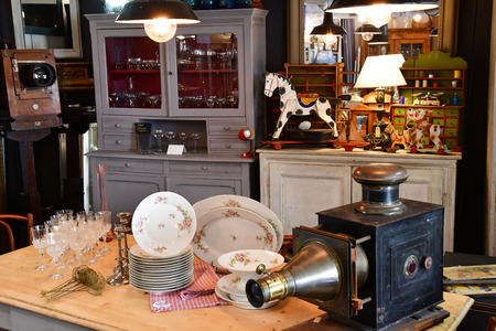 Maulette; France - may 1 2018 : an antique shop in Bois l Epicier Standard-Bild - 108402478