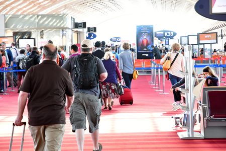 Roissy, France - may 5 2017 : departure lounge in the Paris Charles de Gaulle airport 에디토리얼