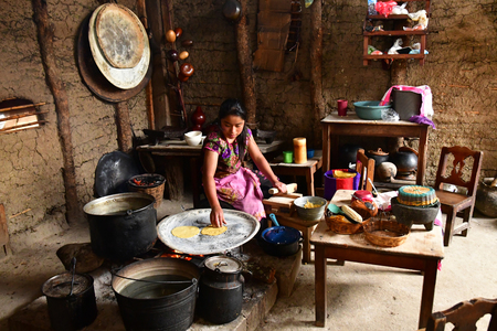 Zinacantan; Meksykańskie Stany Zjednoczone - 15 maja 2018 : kobieta gotuje tortille w indyjskiej kuchni