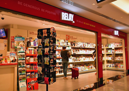 Roissy, France - august 14 2018 :  duty free store in the Paris Charles de Gaulle airport Archivio Fotografico - 121016365