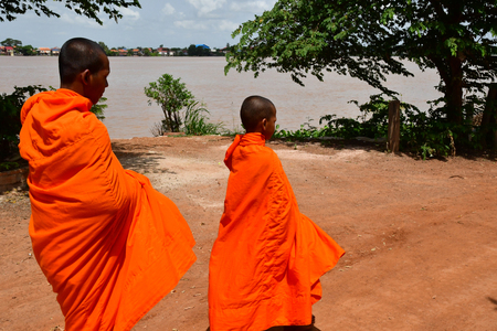 Koh Chen; Kingdom of Cambodia - august 21 2018 : bhikkhu in the picturesque village 報道画像