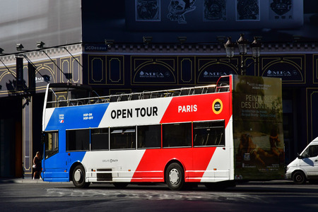 Paris; France - april 2 2017 : the Place de l Opera Banque d'images