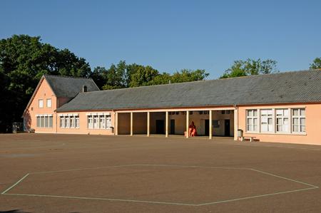 Les Mureaux; Frankrijk - 16 september 2017: de Jules Ferry school in het park van Becheville