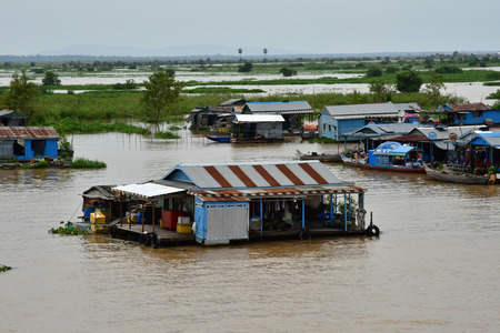 Kampong Chhnang; Kingdom of Cambodia - august 22 2018 : a picturesque floating village near Tonle lake Imagens