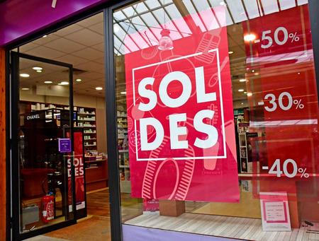 Vernouillet; Frankreich - 2. Juli 2018: Einkaufszentrum Standard-Bild