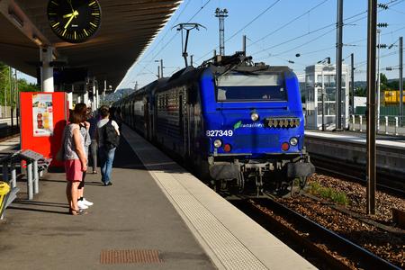 Verneuil sur Seine; France - july 28 2018 : the train station platform Zdjęcie Seryjne - 122861912