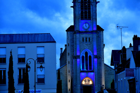 Les Mureaux; France - december 21 2018 : the saint pierre and saint paul church in the night 에디토리얼