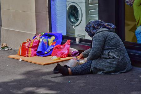 Paris; France - april 2 2017 : homeless woman in Le boulevard des Capucines Banque d'images - 123682218