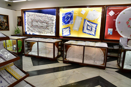 Funchal, Portugal - february 22 2018 : the Patricio and Gouveia hand embroidery factory Banque d'images - 124777247