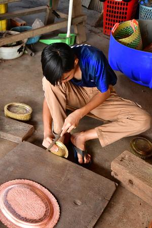 Koh Chen; Kingdom of Cambodia - august 21 2018 : engraver workshop Редакционное