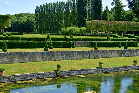 Villarceaux; France - july 28 2018 : the historical castle Imagens - 124777812