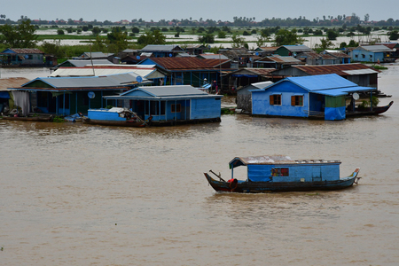 Kampong Chhnang; Kingdom of Cambodia - august 22 2018 : a picturesque floating village near Tonle lake 新聞圖片