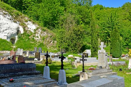 Haute Isle; France - may 15 2019 : the picturesque cemetery Редакционное