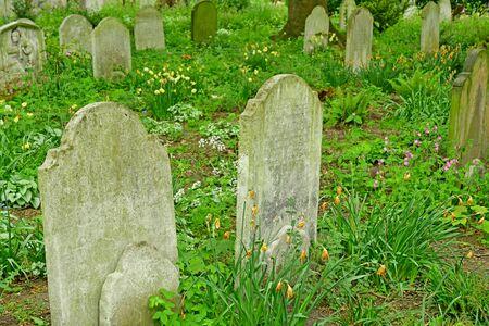 London; Hampstead, England - may 6 2019 : the Saint John wood church grounds cemetery Reklamní fotografie